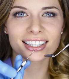 Профессиональная гигиена полости рта и лечение зубов со скидкой до 68% в стоматологии на Калинина и Металлургов!