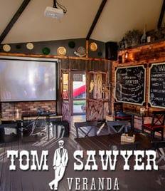 Tom Sawyer приглашает отметить Новогодний корпоратив 2020 в уютной атмосфере набережной со скидкой до 50%!