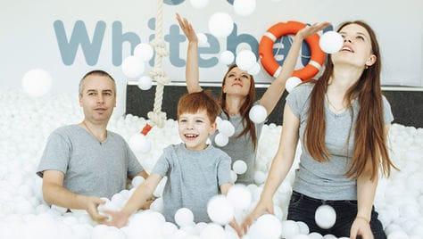 Сухой бассейн для всей семьи Whiteballs со скидкой 50%! Отличная разрядка, положительные эмоции и яркие фотографии!