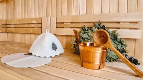 Беседка во дворе, мангал и русская баня на дровах